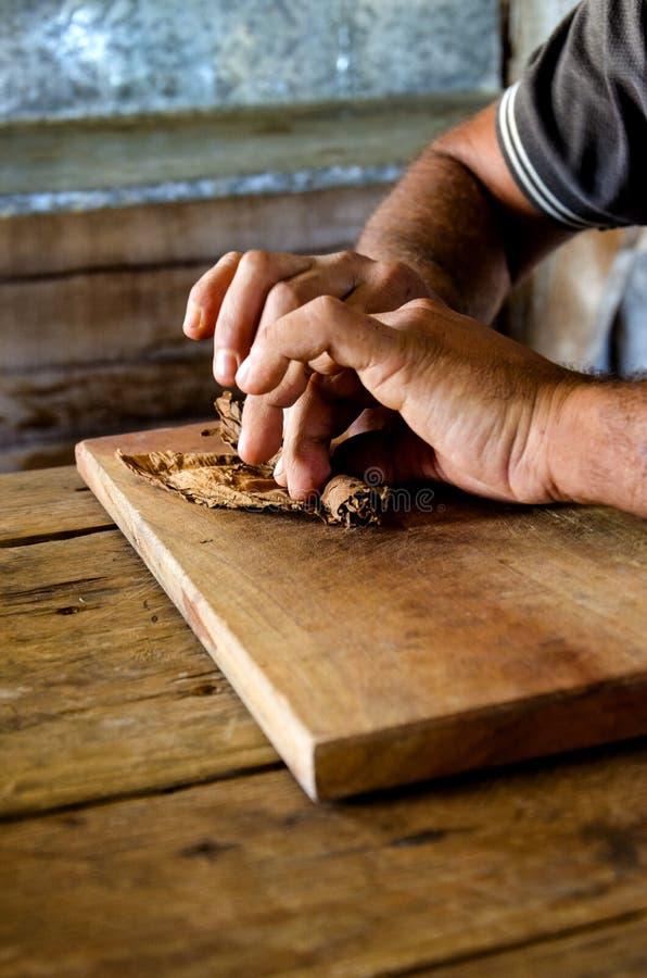 Fabricación tradicional de cigarros cubanos en Cuba foto de archivo libre de regalías