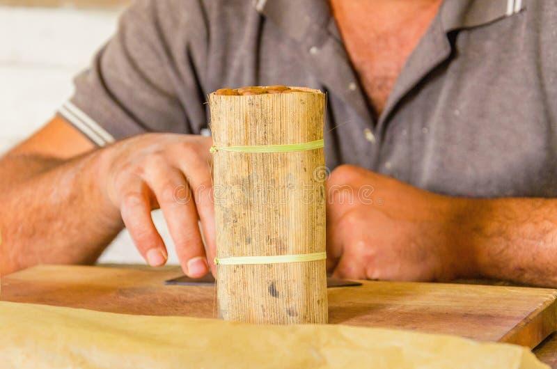 Fabricación tradicional de cigarros, fábrica cubana fotos de archivo libres de regalías