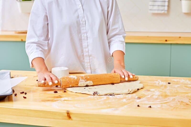 Fabricaci?n de las galletas de viruta de chocolate serie Pasta del balanceo fotos de archivo libres de regalías
