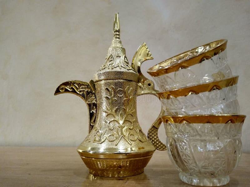 Fabricant de café Arabe avec des tasses photo stock