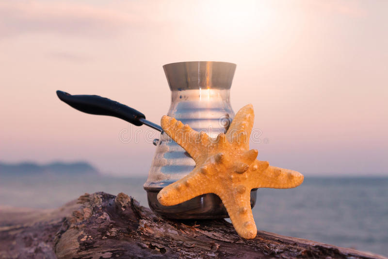 Fabricant de café avec du café et les étoiles de mer fraîchement préparés photographie stock libre de droits
