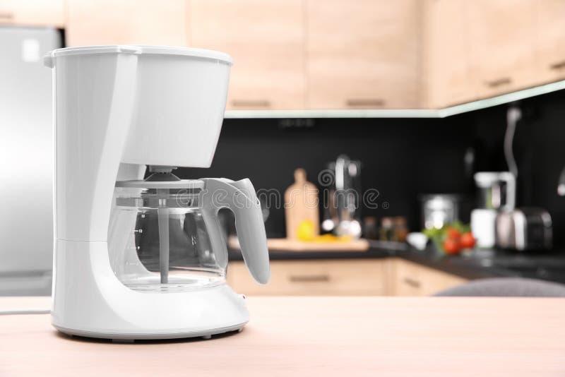 Fabricant de café moderne sur la table en bois dans la cuisine photos libres de droits