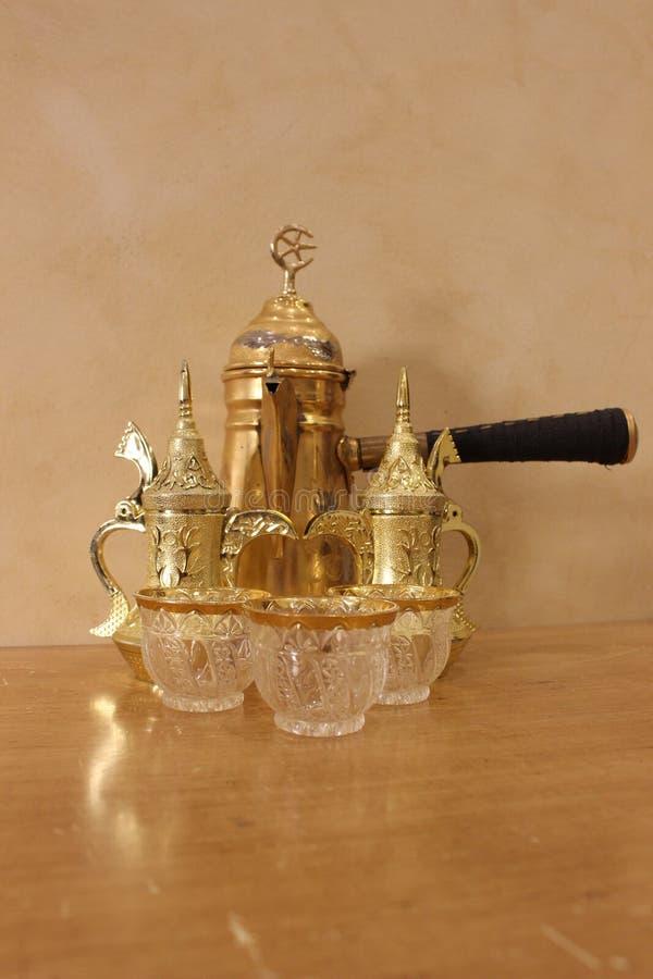 Fabricant et tasses de café d'or image libre de droits