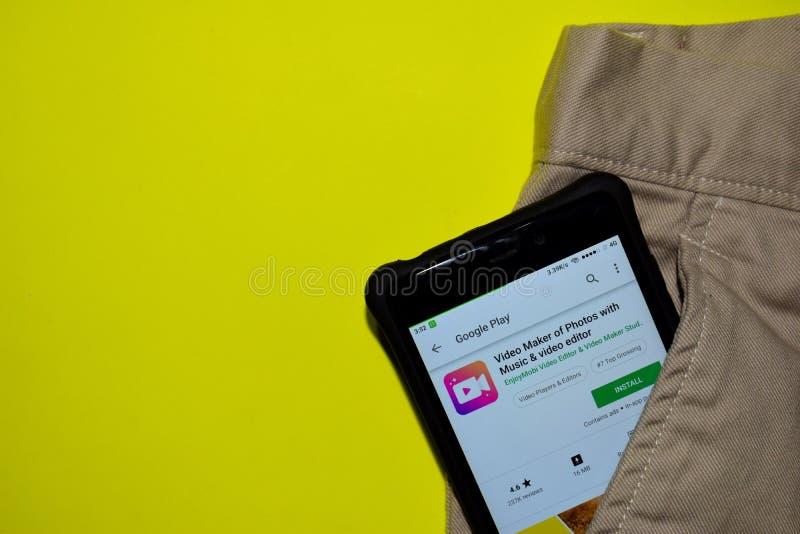 Fabricant visuel des photos avec l'application de réalisateur de musique et de table de montage sur l'écran de Smartphone photos stock