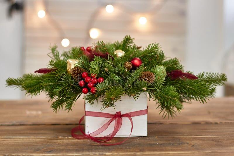 Fabricante da decoração do Natal com suas próprias mãos Caixa de Natal com os galhos para o feriado A celebração do ano novo fotografia de stock