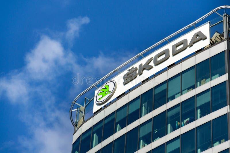 Fabricante de automóviles auto de Skoda del logotipo de la compañía de Grupo Volkswagen en la construcción de las jefaturas imagen de archivo libre de regalías