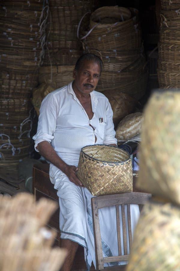 Fabricante de bambú de la cesta en Varkala, la India imagen de archivo