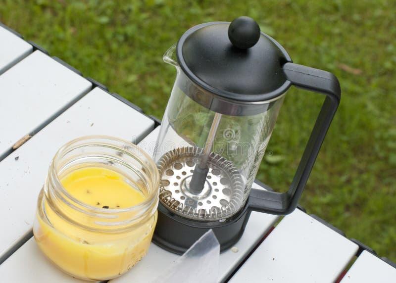 Fabricante de café da imprensa do francês com vela da citronela imagem de stock