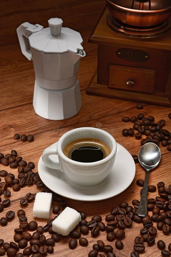 Fabricante de café e feijões de café velhos - café italiano foto de stock royalty free