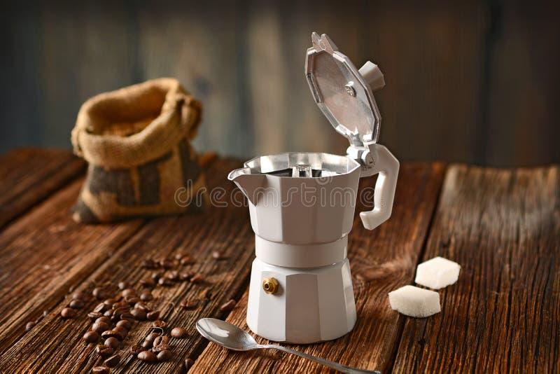 Fabricante de café e feijões de café velhos - café italiano fotos de stock royalty free