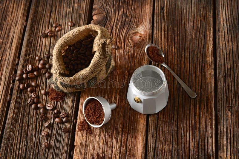 Fabricante de café e feijões de café velhos - café italiano imagens de stock