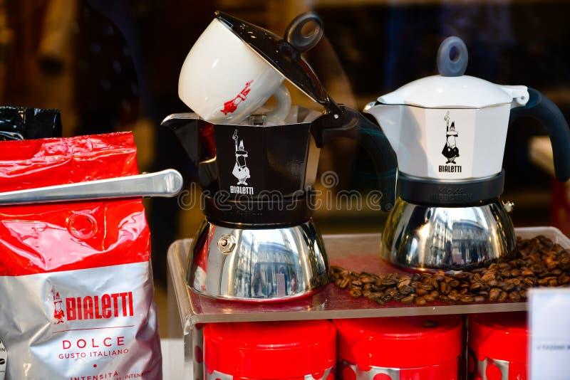 Fabricante de café en la tienda de Bialetti en Milano fotos de archivo libres de regalías