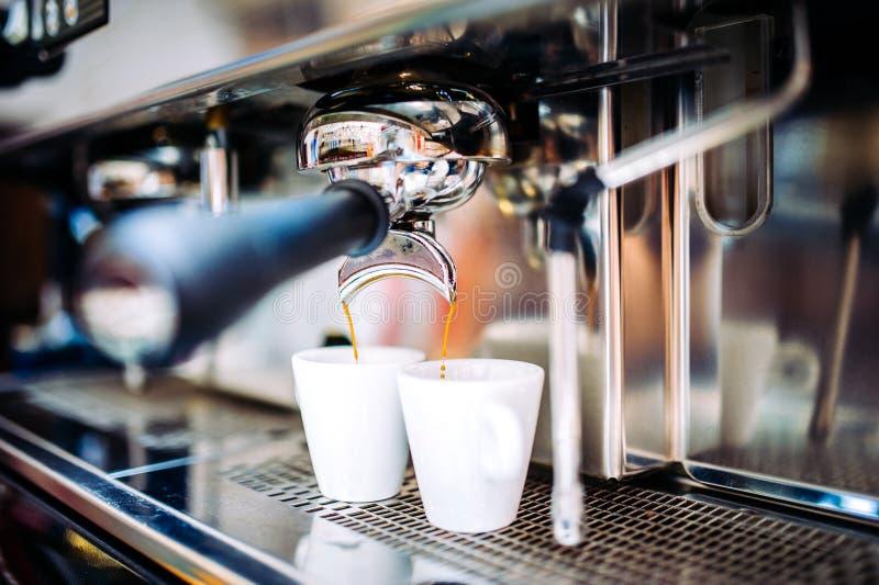 Fabricante de café industrial que prepara el café express fresco en el pub imagenes de archivo