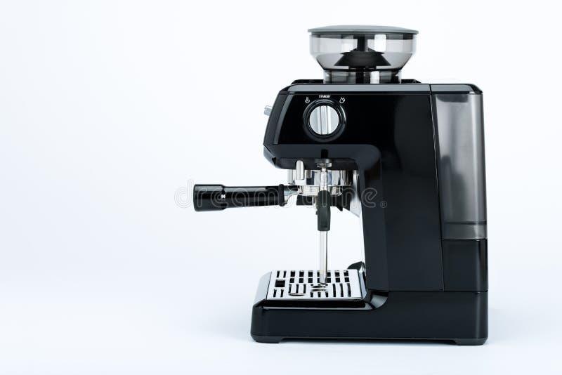 Fabricante de café manual negro con la amoladora en un fondo blanco, vista lateral imagenes de archivo