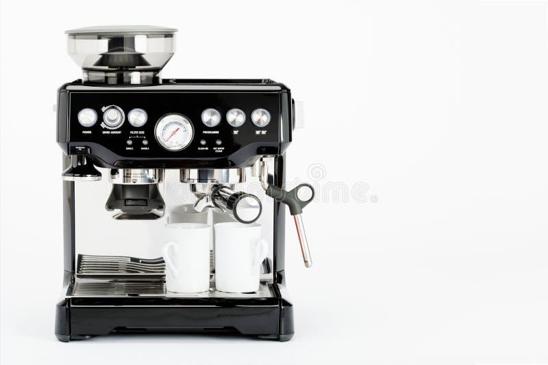 Fabricante de café manual negro con las tazas de café en un fondo blanco, vista delantera imagen de archivo libre de regalías