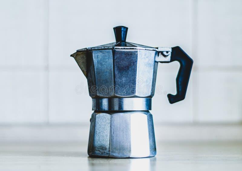 Fabricante de café viejo del géiser en la cocina fotografía de archivo