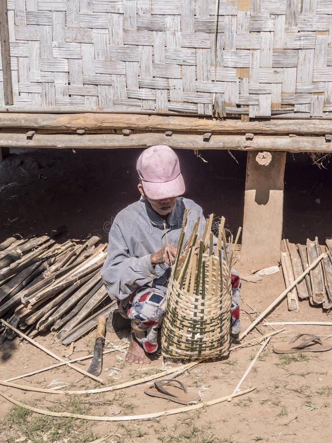 Fabricante de cesta en un pueblo fotografía de archivo libre de regalías