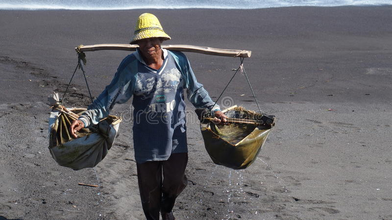 Fabricante de la sal del mar foto de archivo libre de regalías