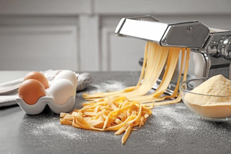 Fabricante de las pastas con pasta y huevos imagen de archivo