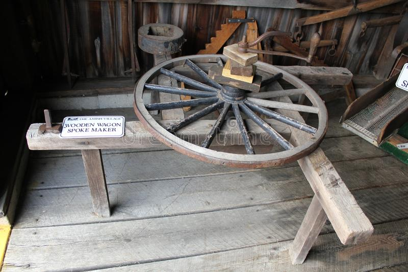 Fabricante de madeira do raio do vagão no ferreiro Shop de Amish foto de stock