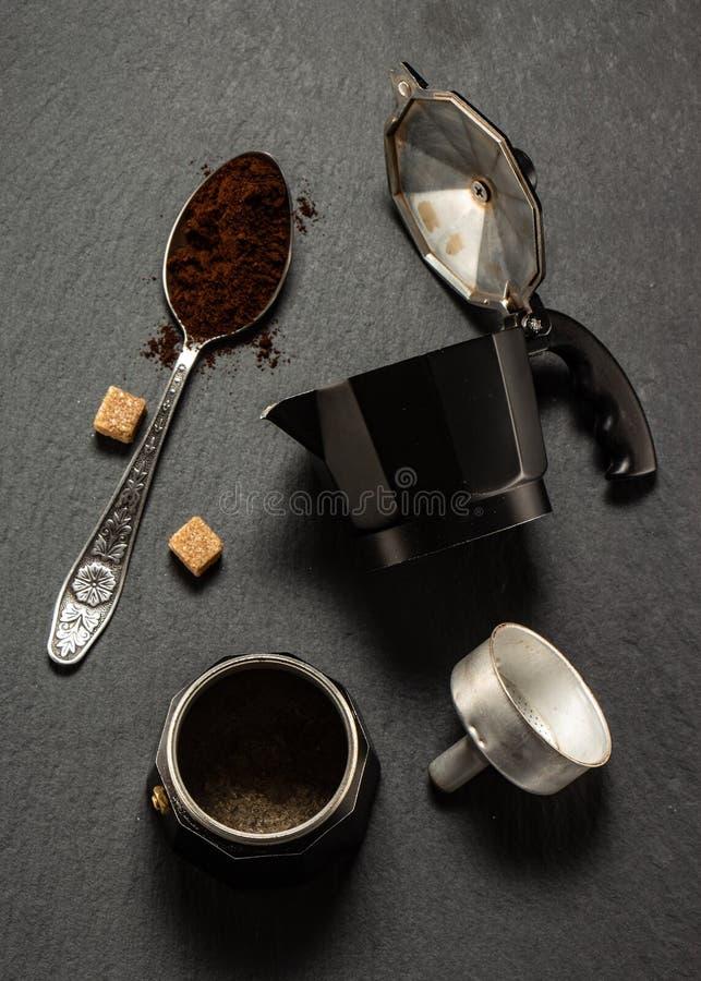 fabricante del café sólo en concepto oscuro de la buena mañana del fondo de la piedra imagen de archivo libre de regalías