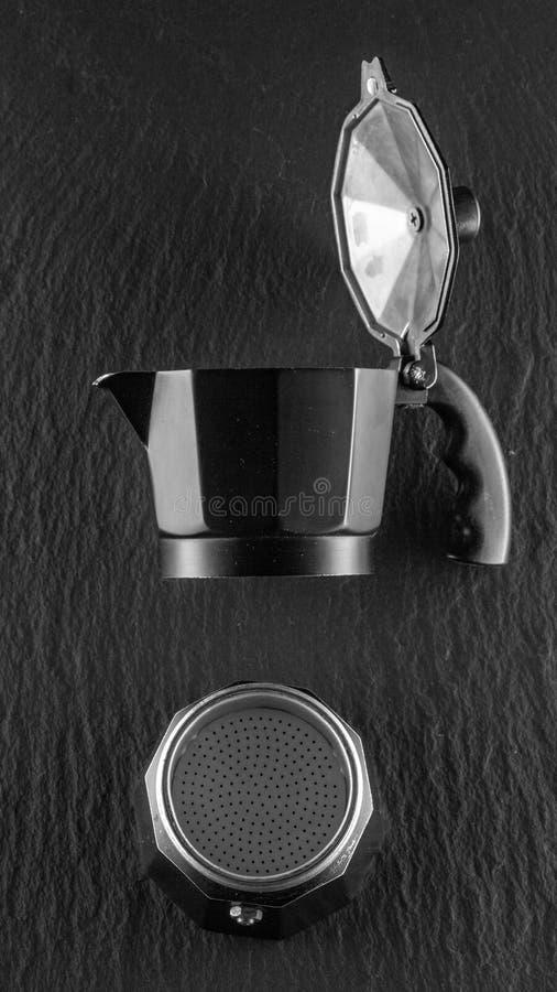 fabricante del café sólo en concepto oscuro de la buena mañana del fondo de la piedra imagenes de archivo