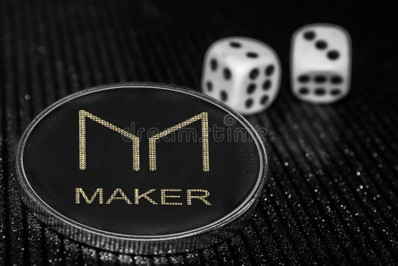 Fabricante del cryptocurrency de la moneda y dados rodantes MKR fotos de archivo libres de regalías