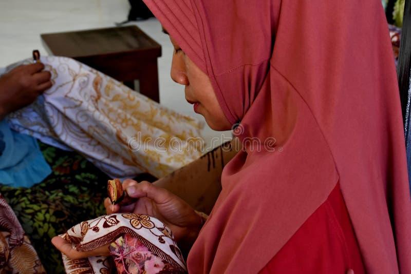 Fabricante do Batik ao trabalhar em um est?dio fotos de stock royalty free