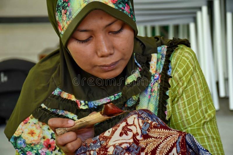 Fabricante do Batik ao trabalhar em um est?dio fotografia de stock