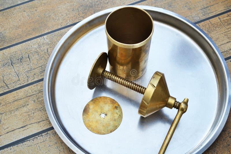 Fabricante o chakli de cobre amarillo moldeado del murukku que hace la máquina imagenes de archivo