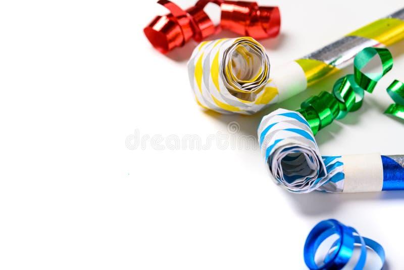 Fabricantes coloridos del ruido del partido en un fondo blanco imagen de archivo libre de regalías