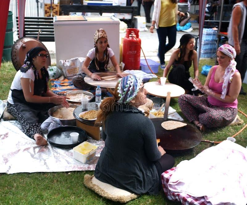 Fabricantes da pastelaria durante um festival turco imagem de stock royalty free