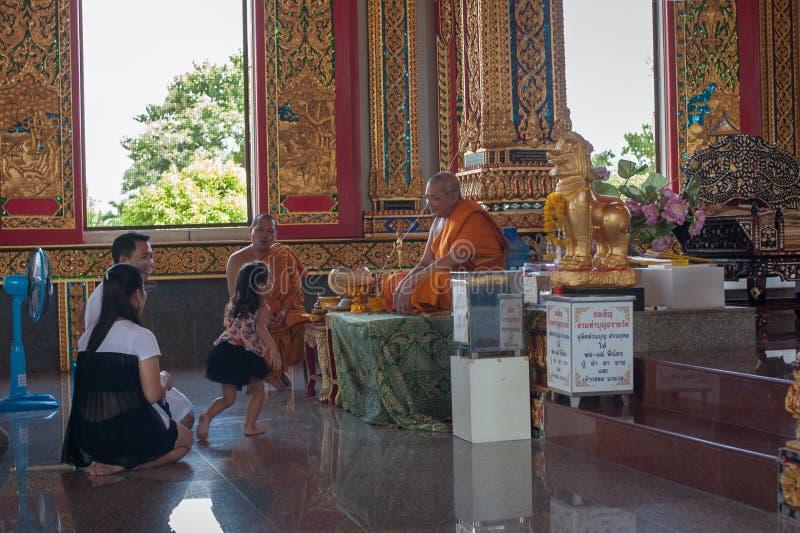 Fabricantes do mérito em um templo budista imagem de stock royalty free
