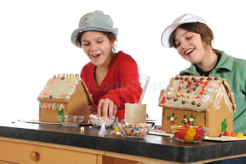Fabricantes felizes da casa de pão-de-espécie fotos de stock