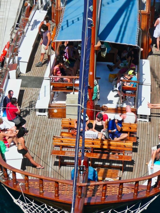 Fabricants de vacances sur le bateau de croisière de jour de Santorini, Grèce photo libre de droits