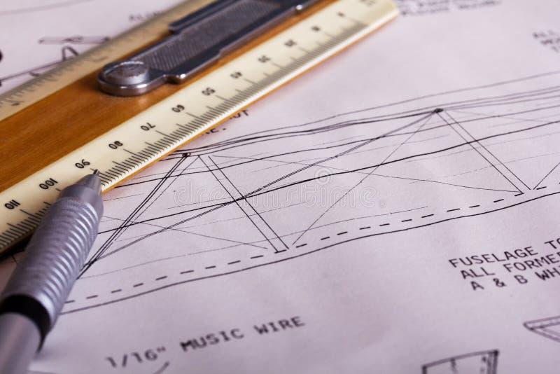 Fabrication d'un avion modèle à partir du bois de balsa photo libre de droits