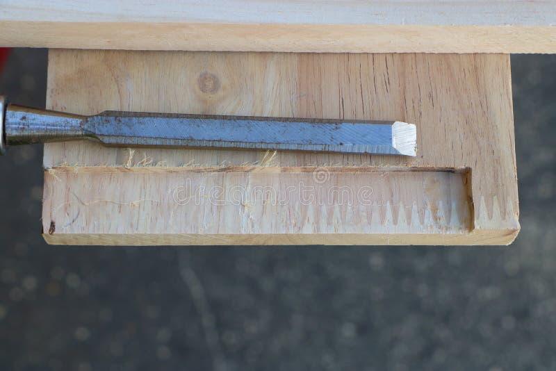 Fabrication de la liaison tenon mortaise avec le burin photos stock