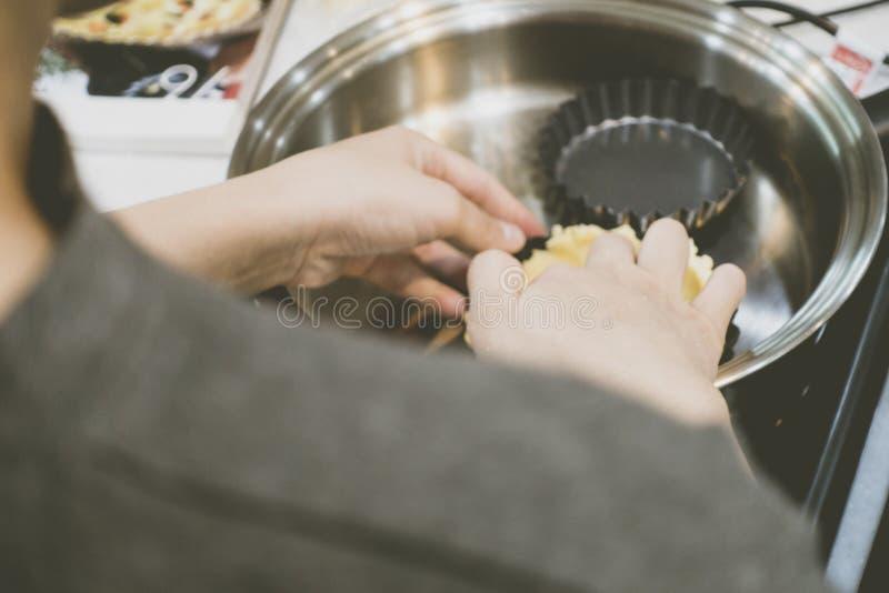 Fabrication de la pâte à tarte sur la poêle à frire photographie stock libre de droits
