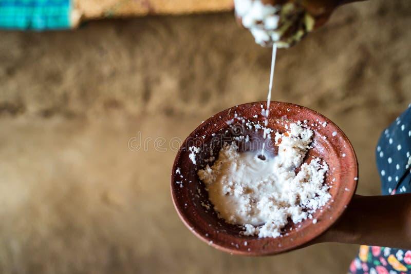 Fabrication de la pâte de coprah avec du lait images stock