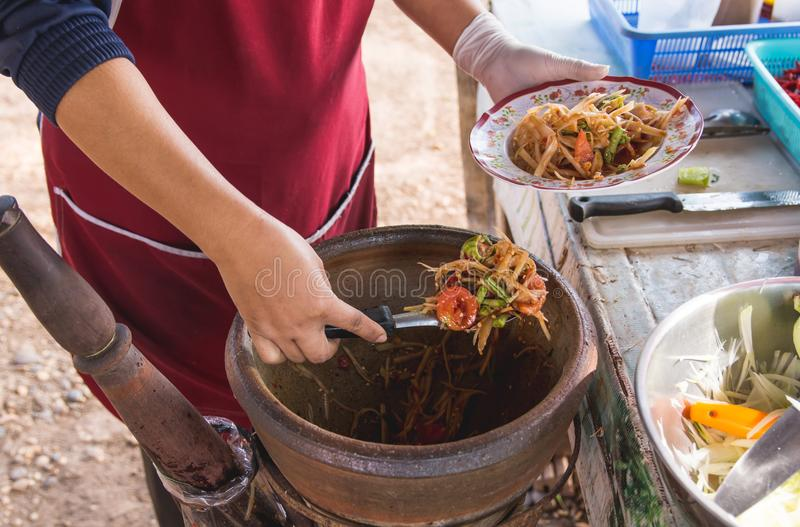 Fabrication de la salade de papaye dans un mortier, tam de som, nourriture thaïlandaise de rue, photographie stock