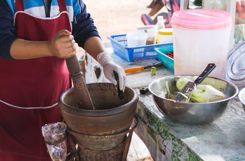 Fabrication de la salade de papaye dans un mortier, tam de som, nourriture thaïlandaise de rue, photos libres de droits