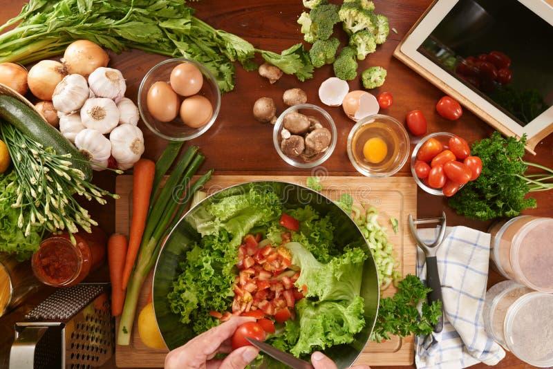 Fabrication de la salade pour le déjeuner photographie stock