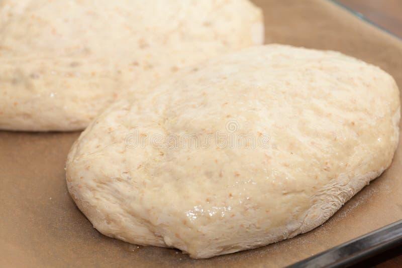 Fabrication de pain - deux ont formé des pains de pâte crue images libres de droits