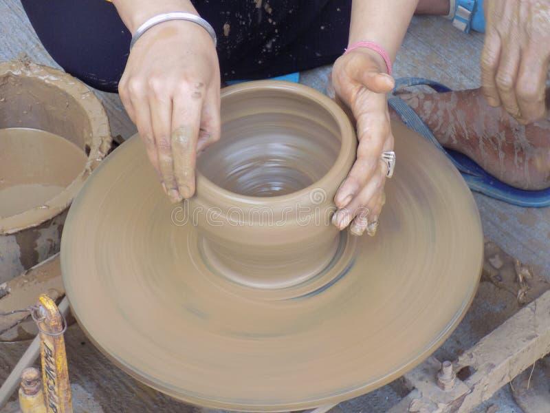 Fabrication de poterie photo libre de droits