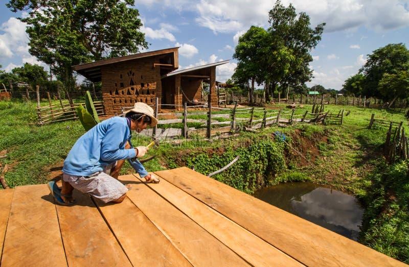 Fabrication de toit de maison de boue image stock