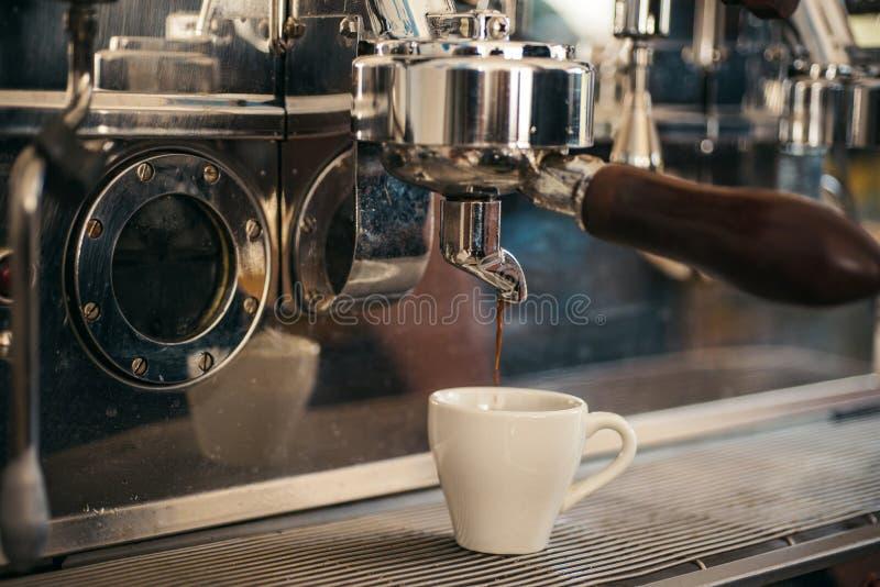 Fabrication de toutes sortes de boissons de café Café de brassage avec la machine d'expresso Fabrication de l'expresso avec le po photographie stock libre de droits