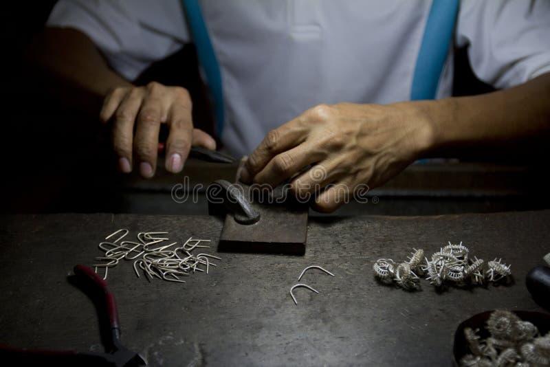 Fabrication des anneaux argentés. image libre de droits