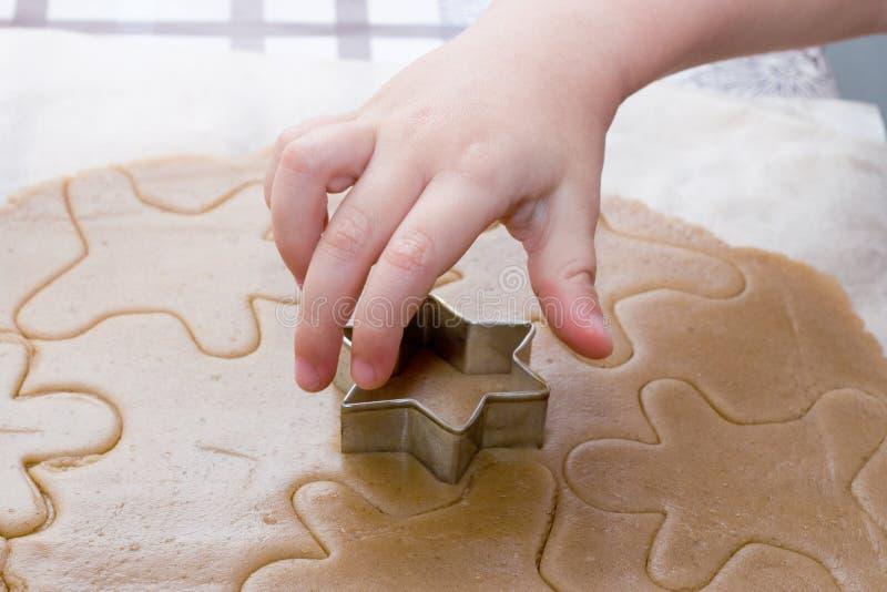 Fabrication des biscuits de Noël par l'enfant photos libres de droits