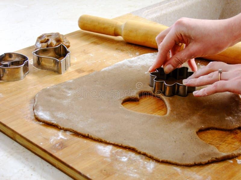 Fabrication des biscuits de pain d'épice pour Noël image libre de droits