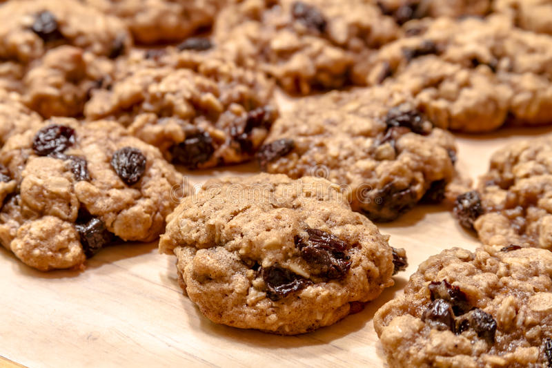 Fabrication des biscuits de raisin sec de farine d'avoine photographie stock libre de droits